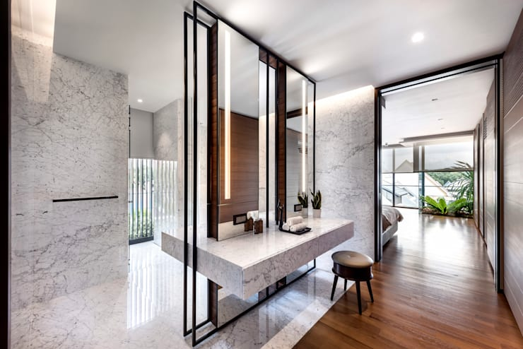 Courtyard House:  Bathroom by ming architects