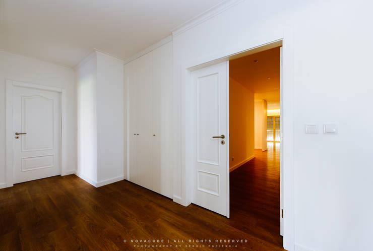 Corridor & hallway by NOVACOBE - Construção e Reabilitação, Lda.