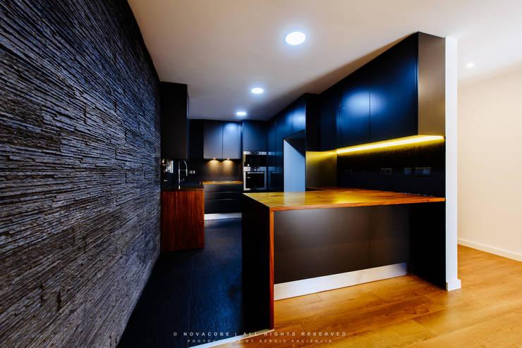 Kitchen by NOVACOBE - Construção e Reabilitação, Lda.