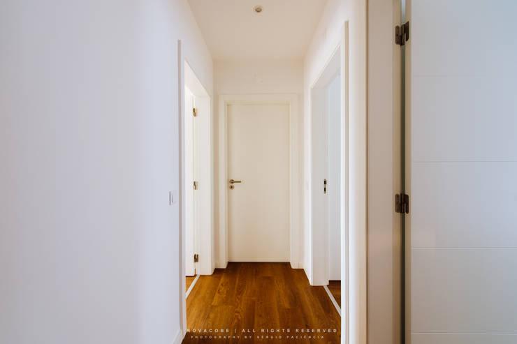 Pasillos y recibidores de estilo  por NOVACOBE - Construção e Reabilitação, Lda.