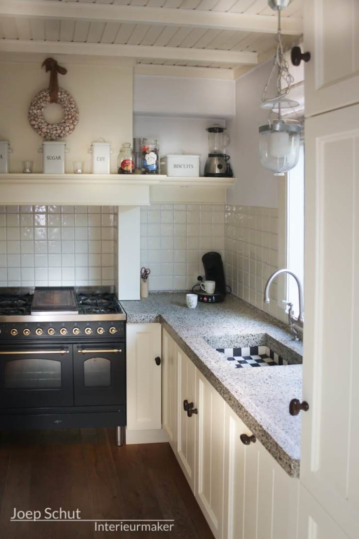 Handgemaakte maatwerkkeuken, landelijk, klassiek met gestort werkblad.:  Keuken door Joep Schut, interieurmaker