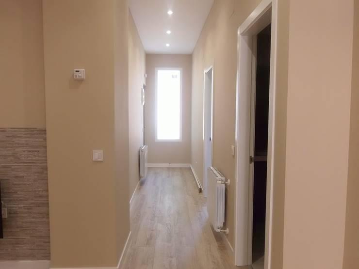 Después de la Reforma. Vista del pasillo de la vivienda:  de estilo  de Arquigestiona Reformas S.L.