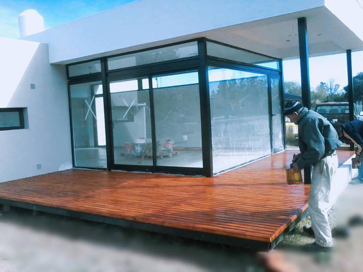 Terminaciones del deck, plataforma exterior: Casas de estilo  por VHA Arquitectura