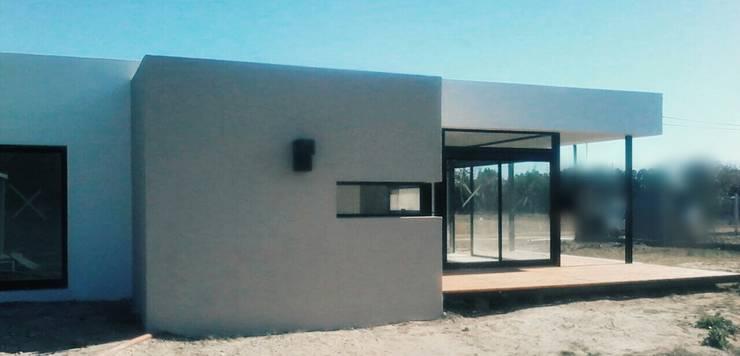 Vivienda AL- Arroyo Leyes: Casas de estilo  por VHA Arquitectura