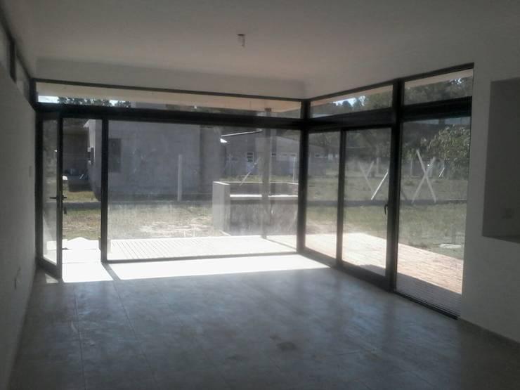 Vivienda AL- Arroyo Leyes: Livings de estilo  por VHA Arquitectura
