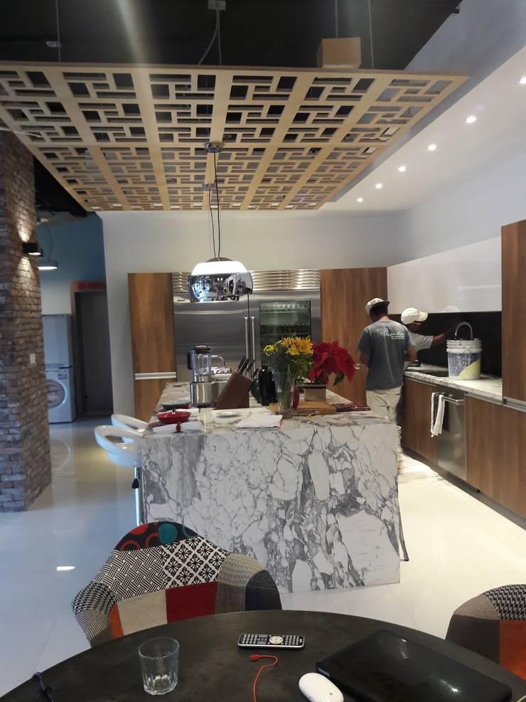 G&H KITCHEN SHOWROOM :  de estilo  por Arq. Gustavo Teran