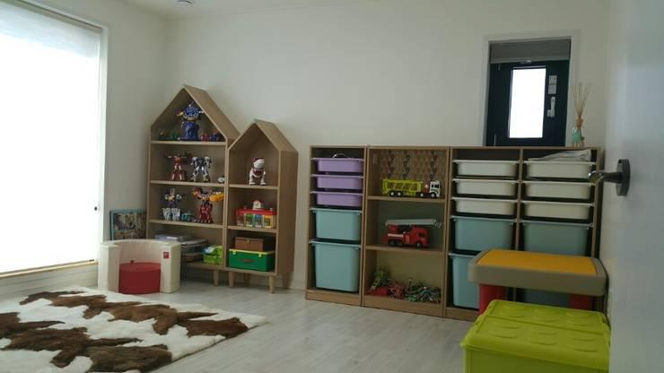 수완동 단독주택: 인우건축사사무소의  침실