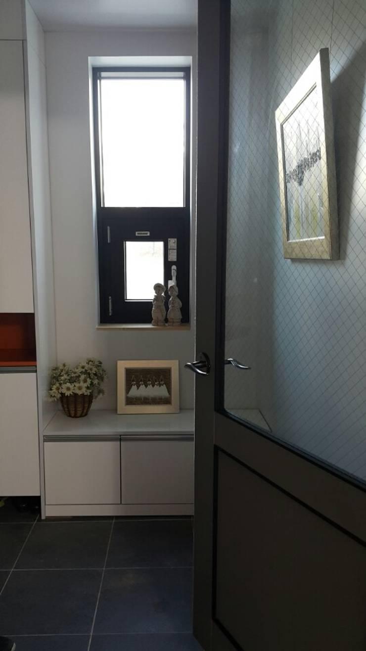 수완동 단독주택: 인우건축사사무소의  복도 & 현관