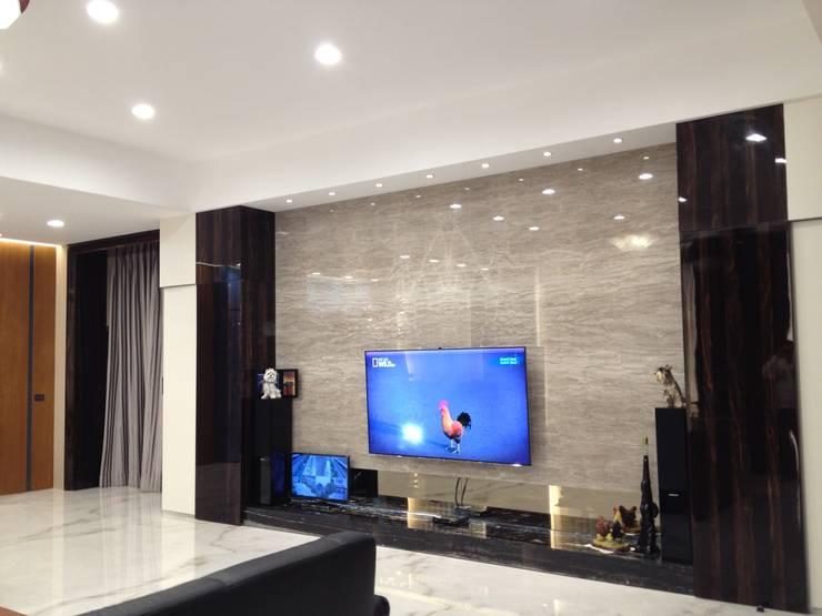 台南(陳公館)新建住宅:  客廳 by 三月室內裝修設計有限公司