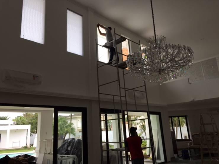 de estilo  de Samira Prado Moda Casa, Moderno Aluminio/Cinc