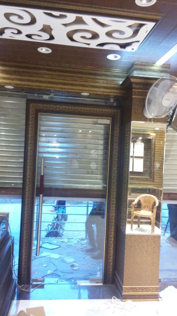 Jewellers Showroom:  Windows & doors  by MARIA DECOR