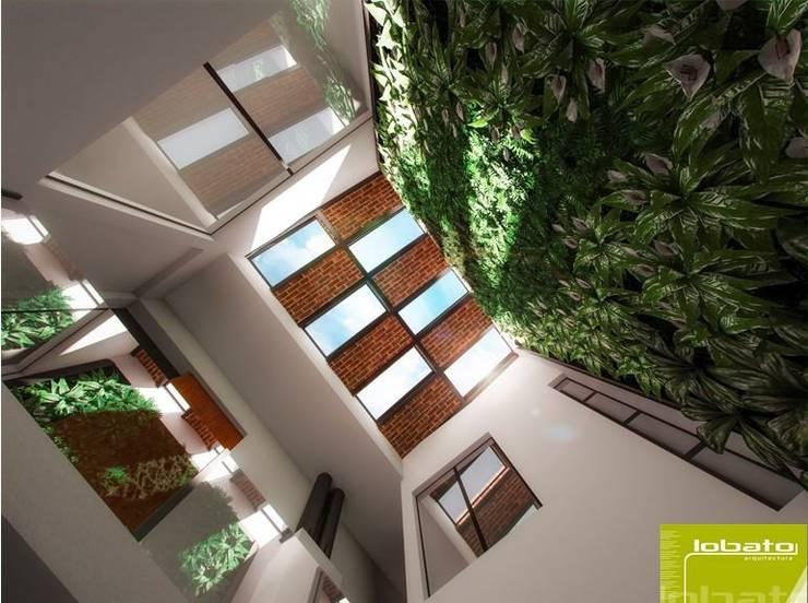 Sala Doble Altura y Muro Verde :  de estilo  por Lobato Arquitectura