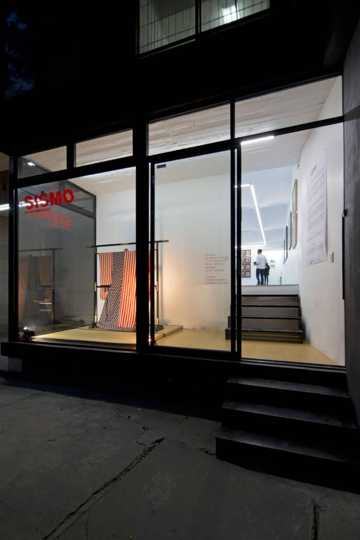 FACHADA PRINCIPAL : Estudios y oficinas de estilo  por FUNDAMENTAL