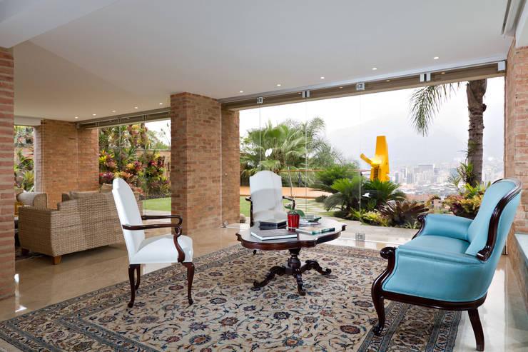 Casa 906: Salas / recibidores de estilo  por Objetos DAC
