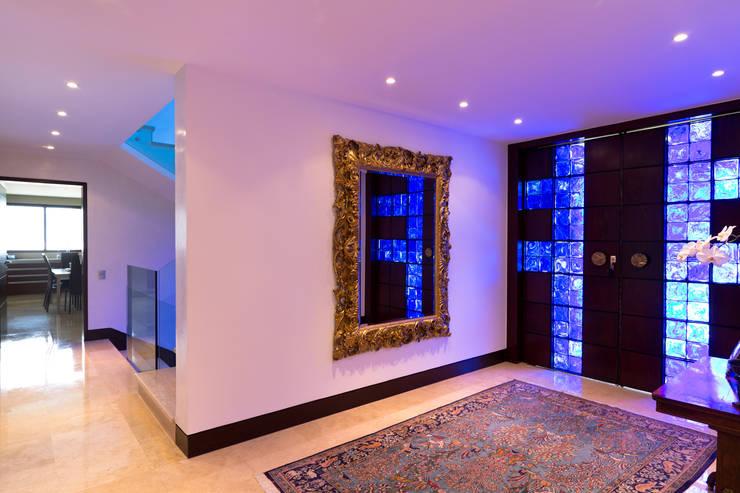 Casa 906: Pasillos y vestíbulos de estilo  por Objetos DAC