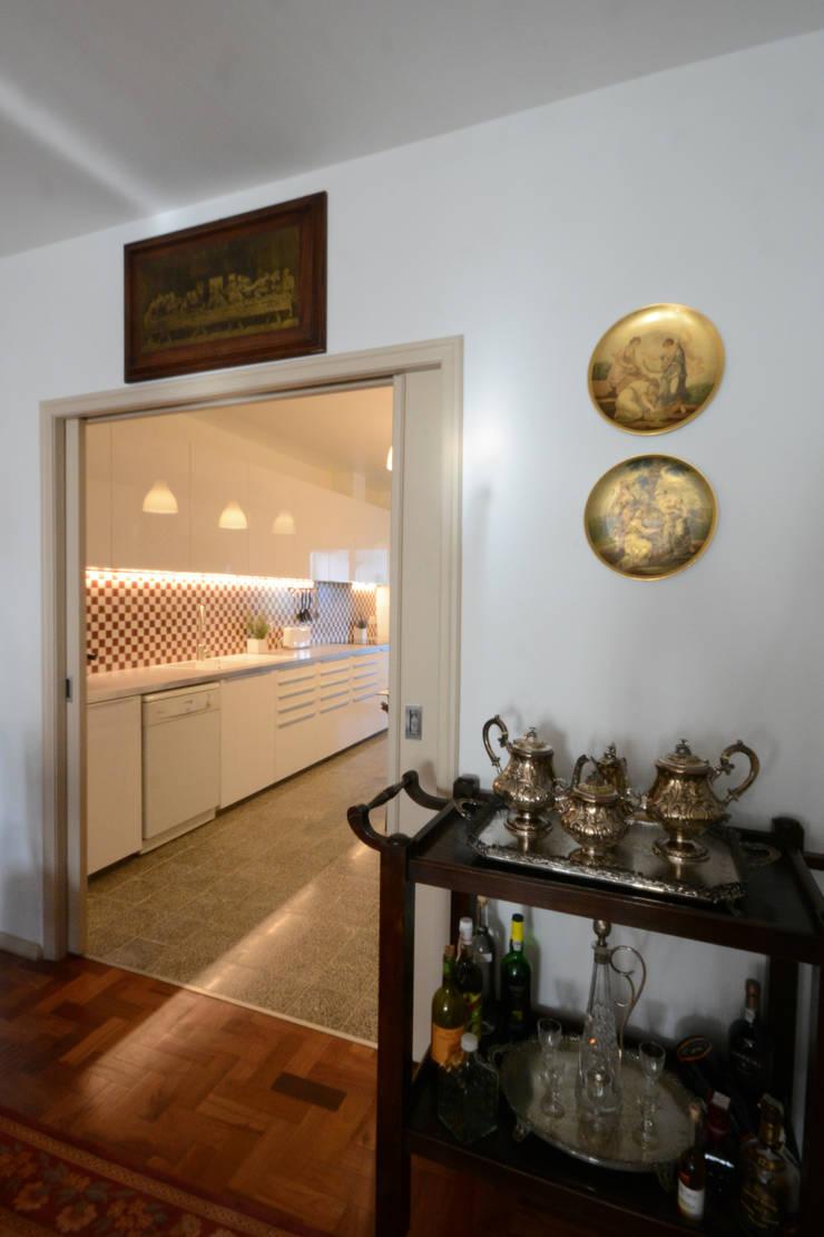 Sala e cozinha depois:   por Borges de Macedo, Arquitectura.,