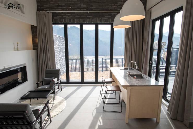 Salas / recibidores de estilo  por 꿈애하우징