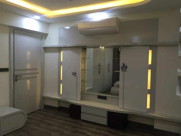 MR. NANDESH KATTA'S RESIDENCE: asian Dressing room by cosmos collection