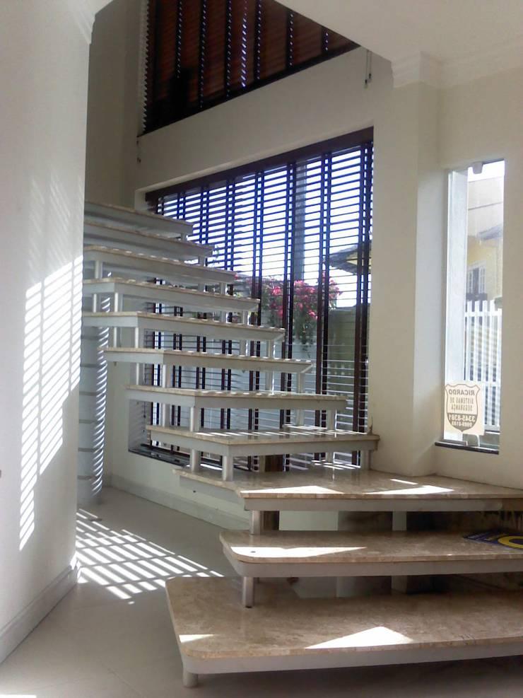 ESCADA PRE MOLDADA: Corredores e halls de entrada  por Janete Krueger Arquitetura e Design