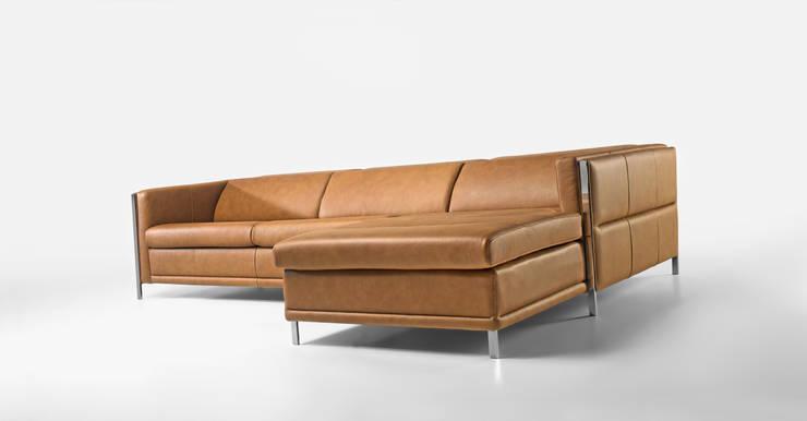 Sofás em pele com chaiselong Leather sofas with chaiselong www.intense-mobiliario.com  Angra http://intense-mobiliario.com/pt/sofas-c-chaiselong/34-sofa-c-chaiselong-angra.html: Sala de estar  por Intense mobiliário e interiores;,