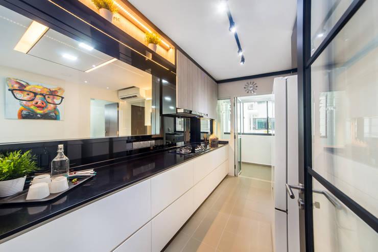 HDB Blk 293B Compassvale Crescent:  Kitchen by Renozone Interior design house,