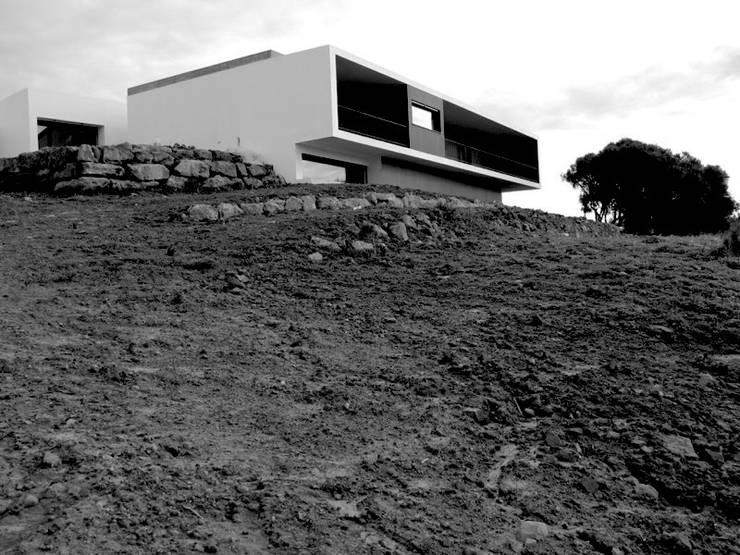 Moradia unifamiliar - construção de custos controlados: Casas  por Cidades Invisíveis, arquitectura e design Lda.,