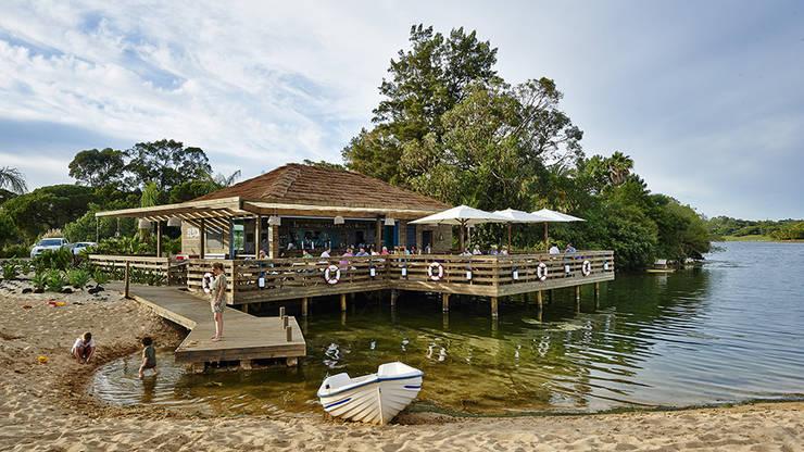 The Shack – Lake Bar : Bares e clubes  por Essencia Architects,
