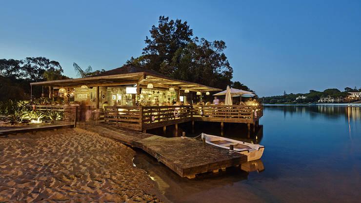The Shack - Lake Bar : Bares e clubes  por Essencia Architects,