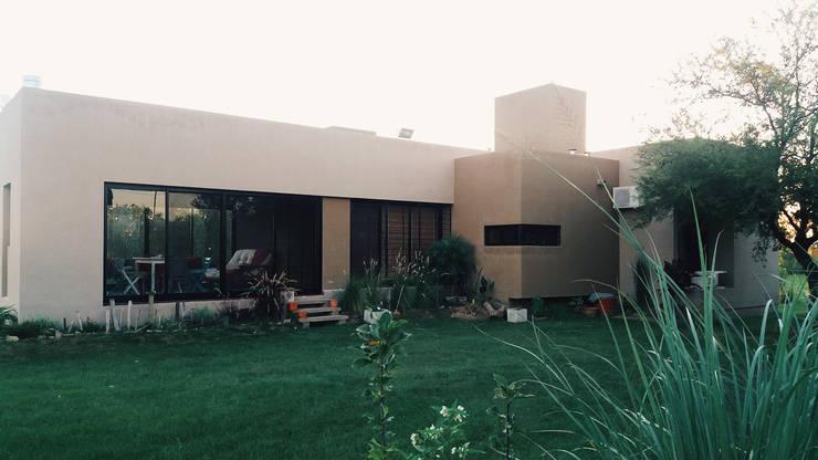 Fachada : Casas de estilo  por VHA Arquitectura