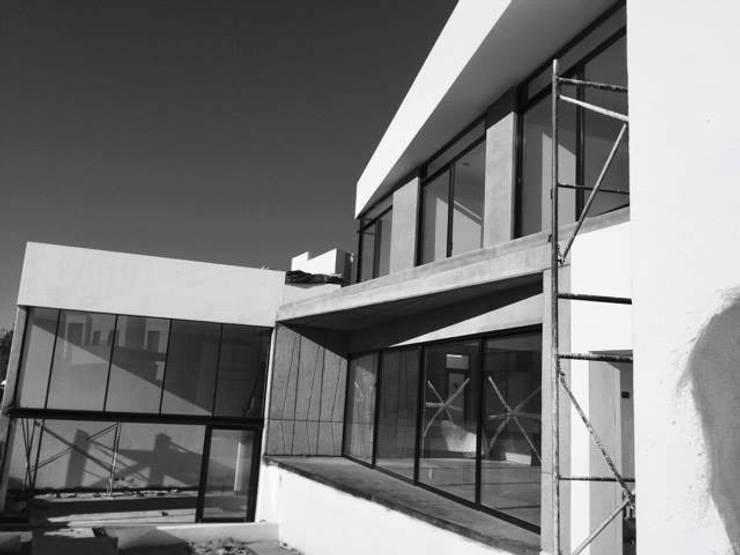 CASA SIX /AGUILERA SALAS ARQUITECTOS / TANGENTE ARQUITECTURA MX: Casas de estilo  por AGUILERA SALAS ARQUITECTOS