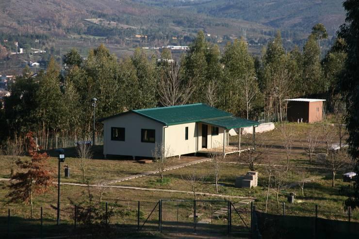 Casas pré fabricadas: Casas  por Cosquel, Sociedade de Construções Lda,