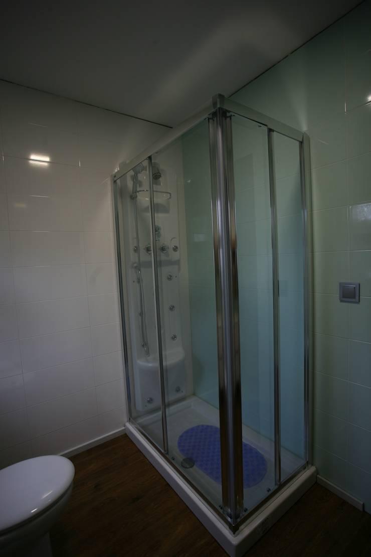 Casas pré fabricadas: Casas de banho  por Cosquel, Sociedade de Construções Lda,