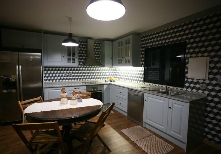 Casas pré fabricadas: Cozinhas  por Cosquel, Sociedade de Construções Lda,