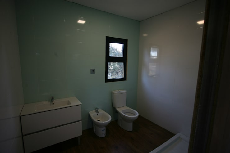 country Bathroom by Cosquel, Sociedade de Construções Lda