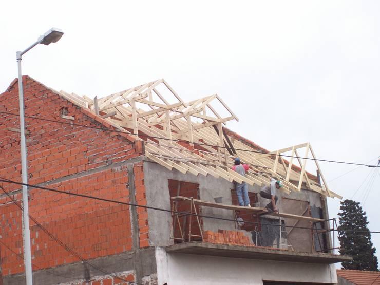 Proyecto y ejecucion de vivienda :  de estilo  por ROBLESWORKS