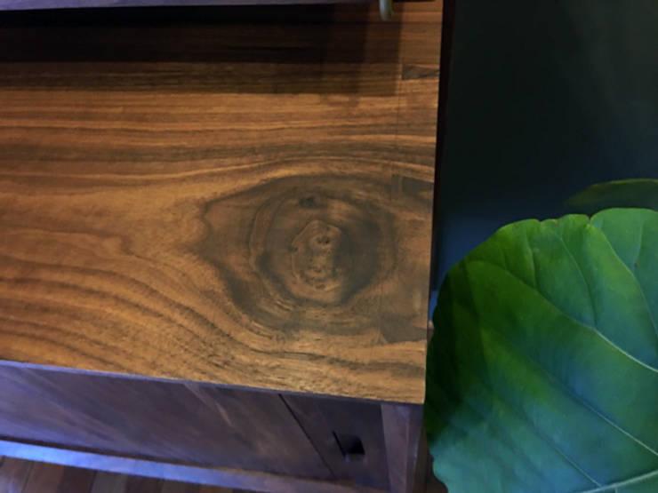 walnut credenza: 데이너퍼니쳐의  복도, 현관 & 계단