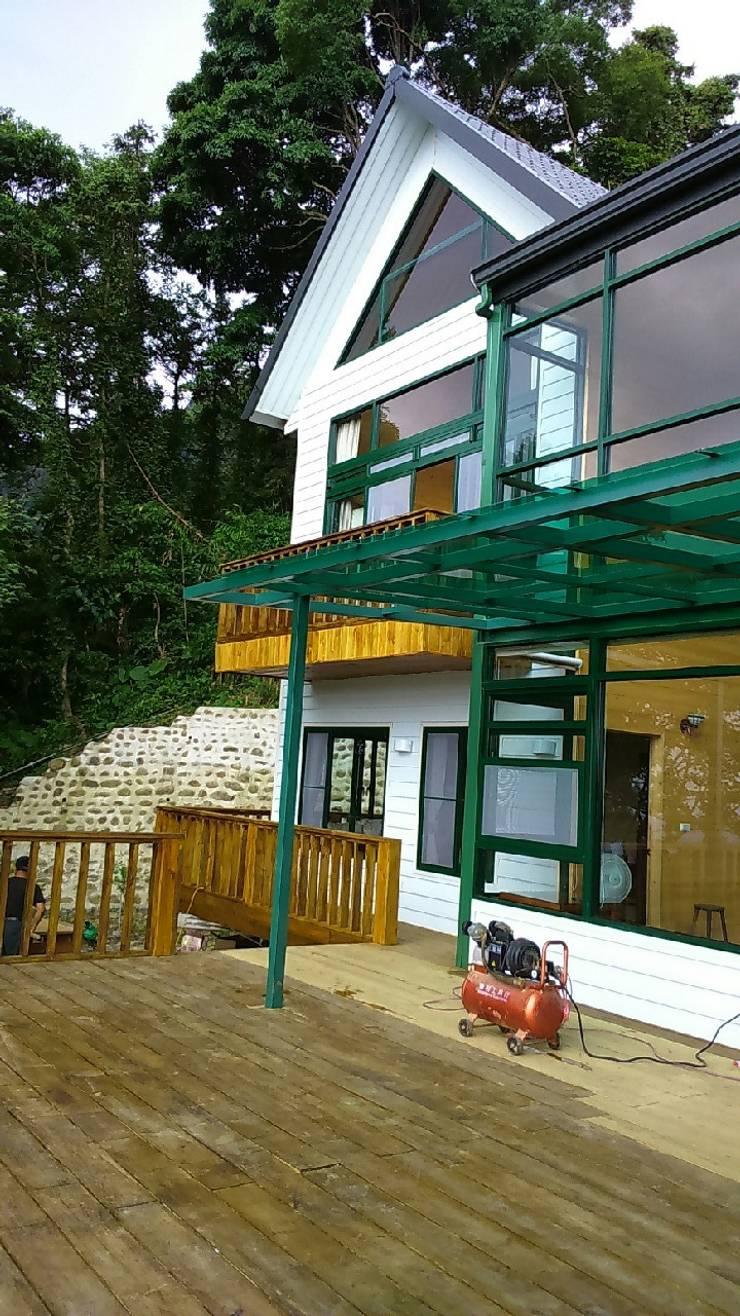 自地自建-休閒鄉村農舍:  房子 by 鄉村東和鋼構木屋