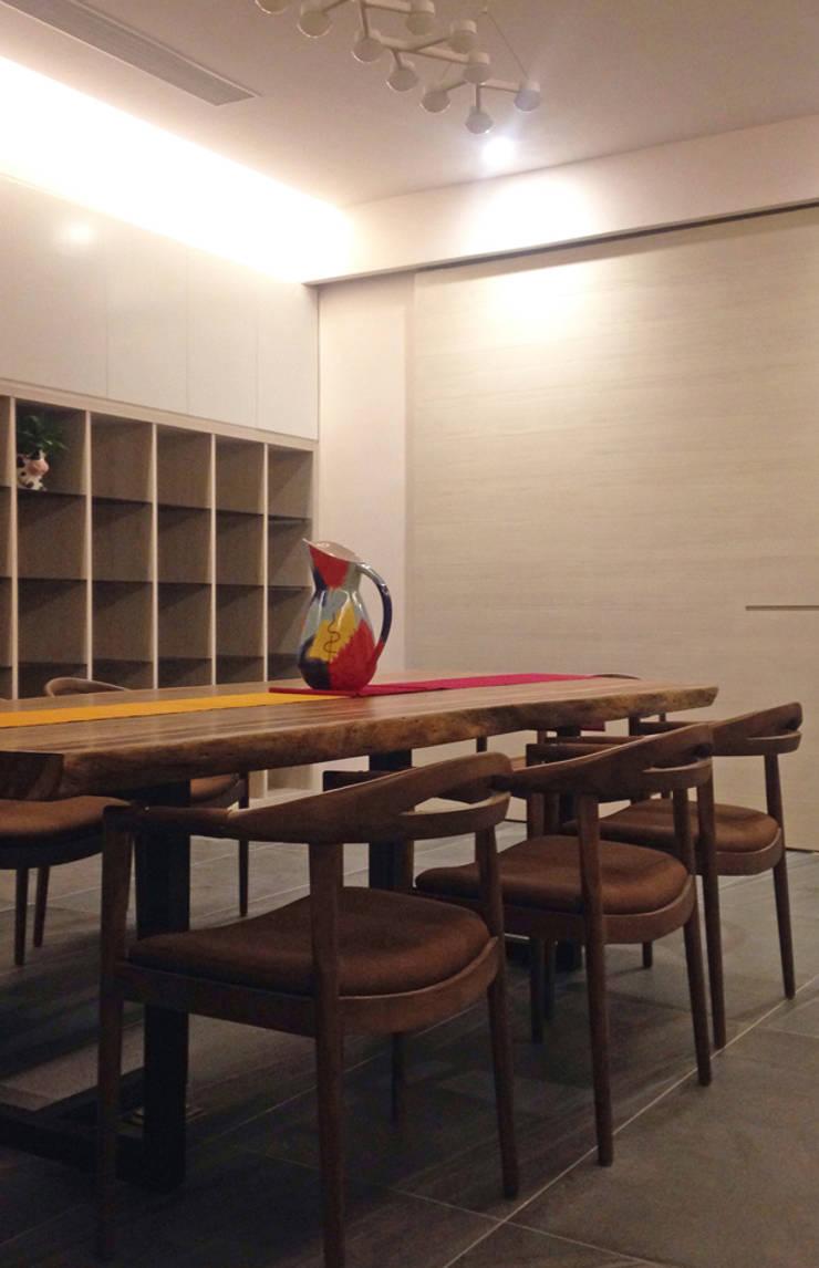 廣州 流溪御景 吳宅:  書房/辦公室 by 直譯空間設計有限公司