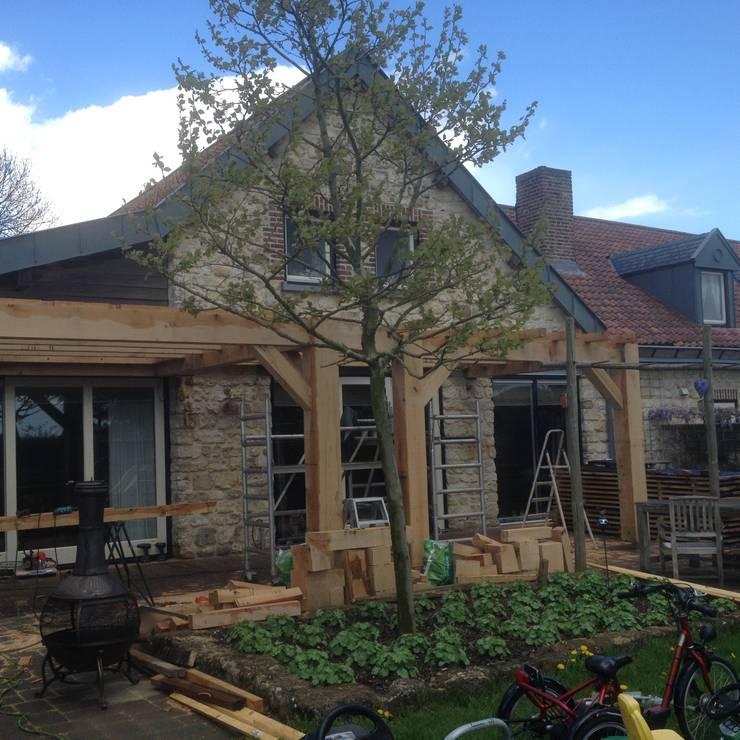 Eiken overkapping met glazen lichtstraten:  Huizen door WE-Maatdesign, Klassiek Hout Hout