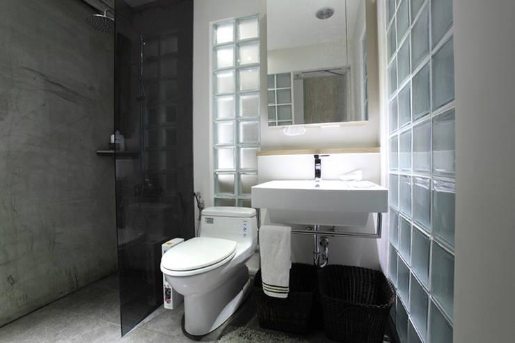 汐止 水蓮山莊 楊宅:  浴室 by 直譯空間設計有限公司