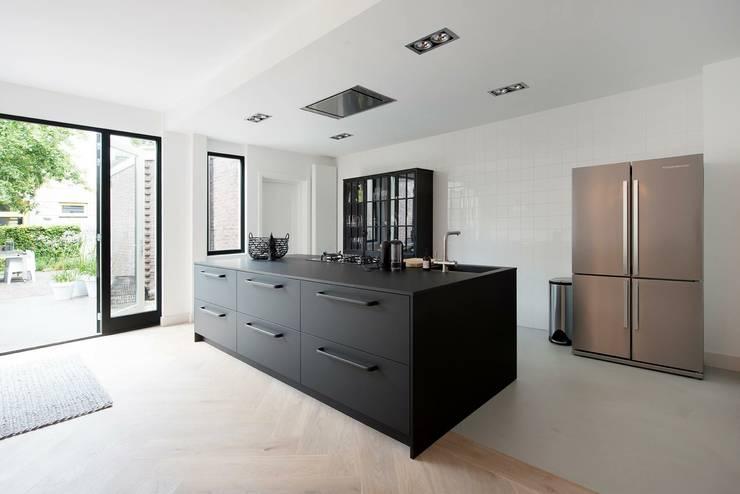 Keuken jaren 30 woning:  Keuken door Studio'OW Interieurontwerp