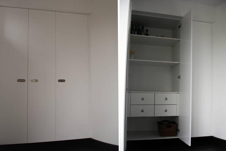 resultado final_exterior e interior do móvel despenseiro: Cozinha  por Emprofeira - empresa de projectos da Feira, Lda.,