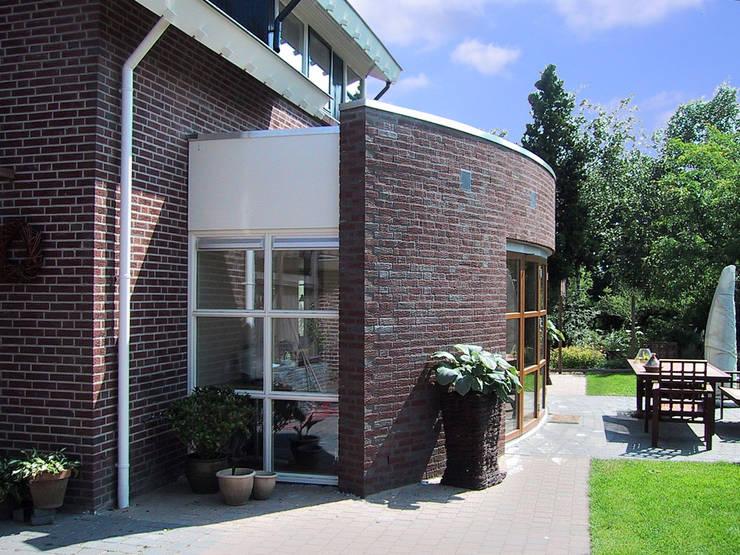 UITBREIDING MET GEKROMDE GLASGEVEL  :  Studeerkamer/kantoor door Gradussen Bouwkunst & Interieurarchitectuur BNA BNI