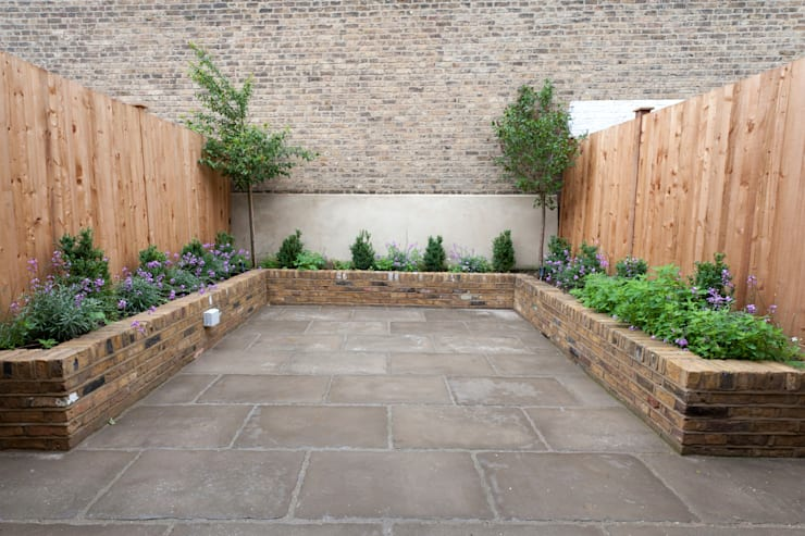 Fullerton Road: modern Garden by Orchestrate Design and Build Ltd.