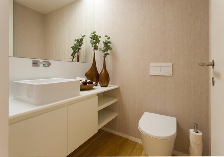 Casa de Banho Social: Casa de banho  por Traço Magenta - Design de Interiores,