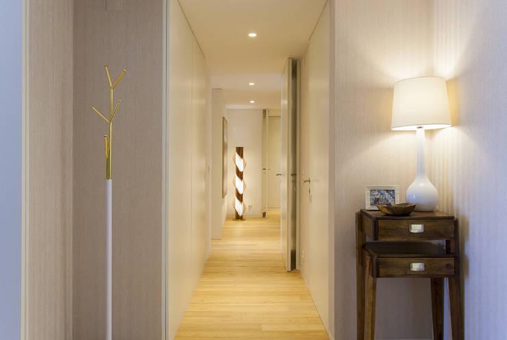 Hall de Entrada: Corredor, hall e escadas  por Traço Magenta - Design de Interiores,