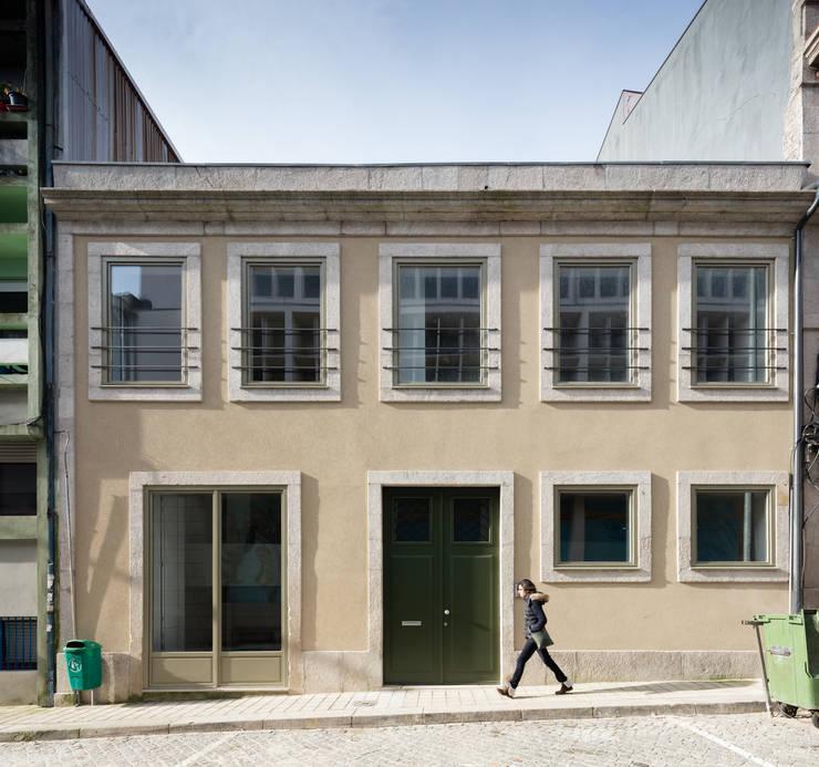 Fachada principal: Casas  por Pedro Ferreira Architecture Studio Lda,