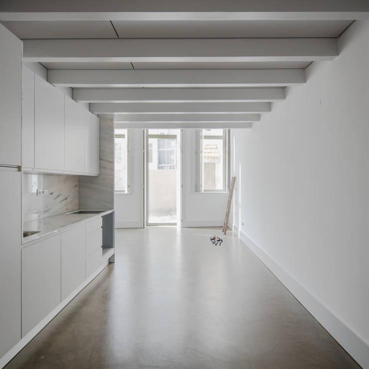 Cozinha e sala de estar: Corredores e halls de entrada  por Pedro Ferreira Architecture Studio Lda,