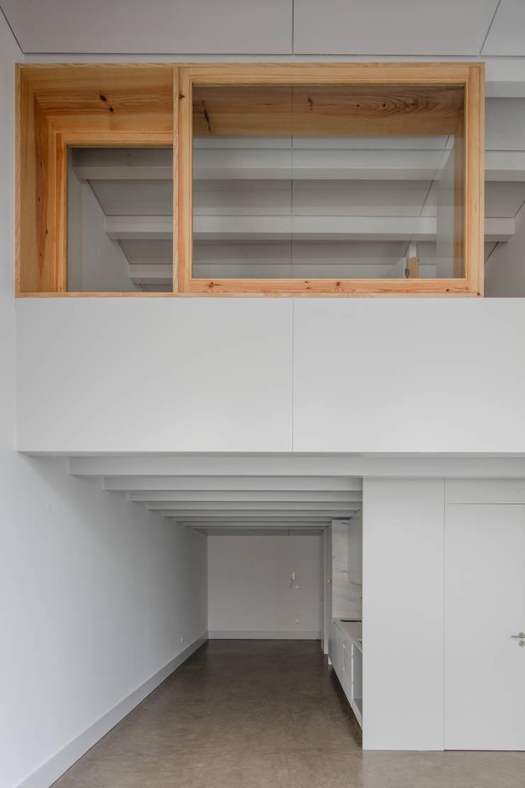 Alves da Veiga: Salas de estar  por Pedro Ferreira Architecture Studio Lda,