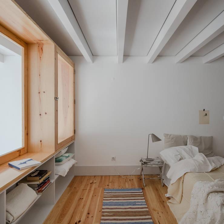 Alves da Veiga: Quartos  por Pedro Ferreira Architecture Studio Lda,